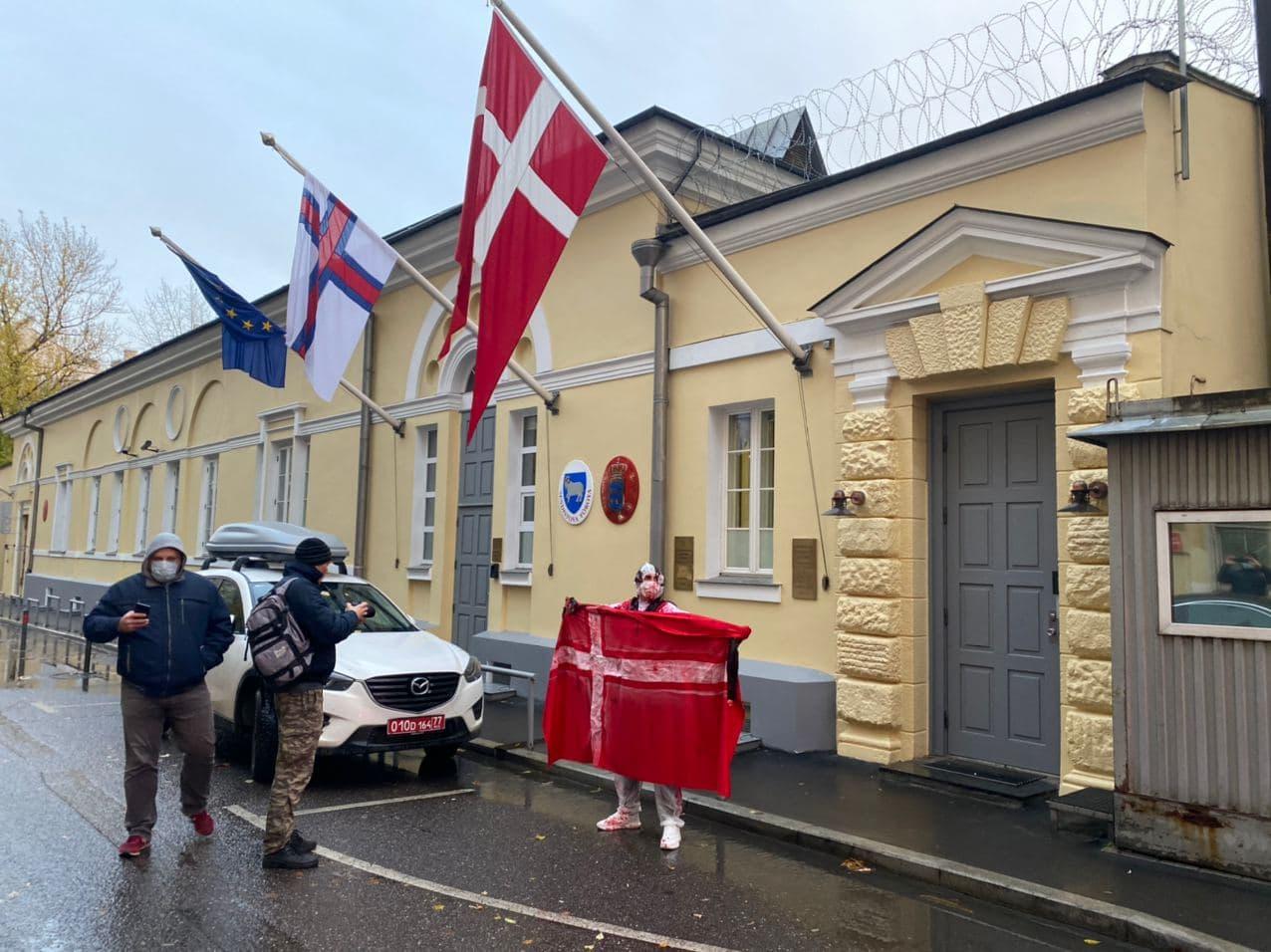 «Зелёная Альтернатива» провела акцию против убийства 12 млн норок у посольства Дании 2