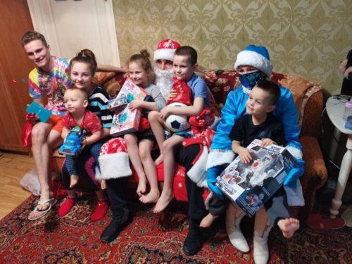 Активисты «ЗА!» вручили детям новогодние подарки 6