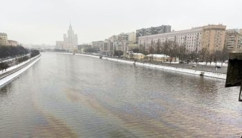 Первое радужное пятно в Москва-реке в новом году 14
